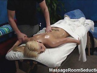 O terapeuta da massagem seduz a menina quente!