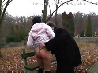 Velho fode adolescente suja no parque público.f70