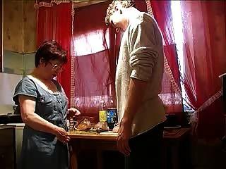 Mãe e menino na cozinha