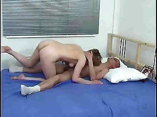 Mãe e menino na cama s88