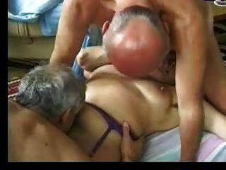 A avó entretém dois caras velhos