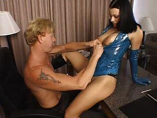 Bella donna aka belladonna está fodendo um cara com um strapon