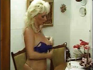 Mulher madura kinky alemão em meias fode seu jovem amante