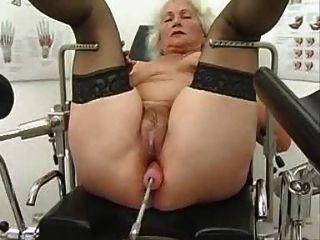 Granny norma trabalha em uma máquina de sexo