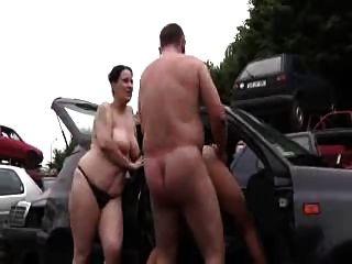 Papai mamãe foda e adolescente menina ao ar livre