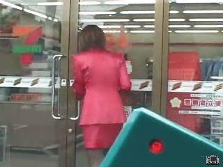 Milf japonês usa um vibrador de controle remoto em público e golpes