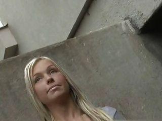 Garota angélica empurra um estranho na rua