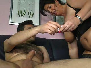 Mãe alemã mostra menino como fazer uma mulher cum
