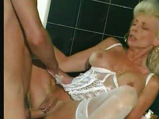 Avó em lingerie branca e meias fisted
