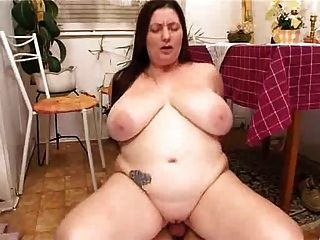 Bbw com grandes mamas fodendo na cozinha com jovem