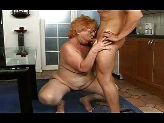 Chubby granny recebe um facial de um menino