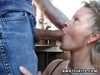 Mulher madura amador suga e fode ao ar livre com cum facial