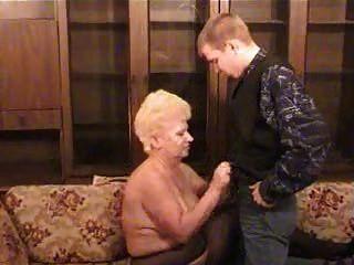 Avó russa com um menino