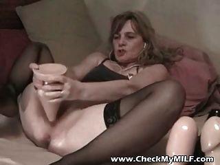 Amador esposa com enorme dildo em seu burro