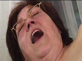 Peludo vovó em óculos dildos espalha suga e fode