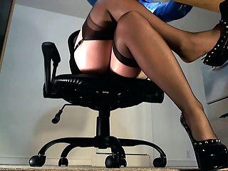 Underdesk tease mostrando meias sobre nylons