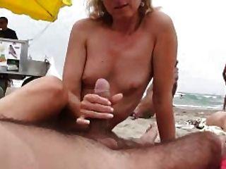 Naomi1 footjob e handjob em uma praia