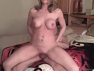 Menina amadora caseira com grandes mamas naturais