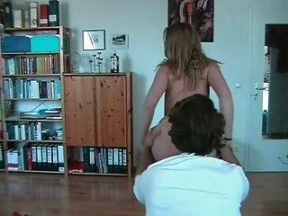 Menina amadora com óculos stripteases e andorinhas