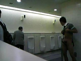 Cara de cmnm que masturbating em toaletes públicos!