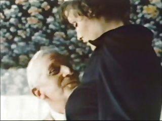 Velho homem jean villroy recebe um golpe de trabalho da empregada doméstica ... desgaste tweed