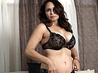 Senhora idosa demonstra seu corpo