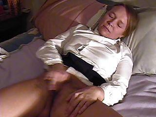 Garota masturbates e cums duas vezes, interrompido pela mãe no final
