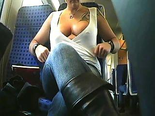 A beleza braless monta o ônibus e pisca seus peitos