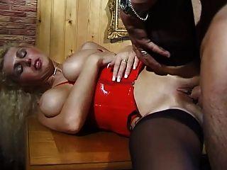 Milf alemão com grandes mamas naturais leva duro em seu traseiro
