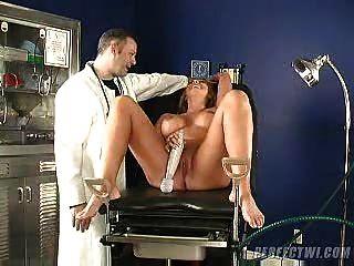 Médico e seu assistente cuida de orgasmo milf s