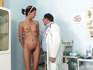 Angela tem pussy espéculo examinado por gyno médico
