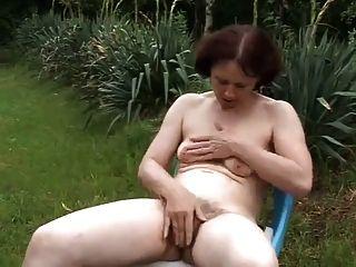 Apreciando a natureza no jardim
