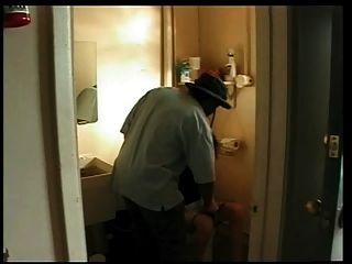 Esposa fodida por cara negro na casa de banho do posto de gasolina