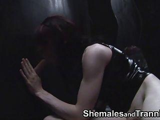 Transexuais amadores chupar galo no gloryhole