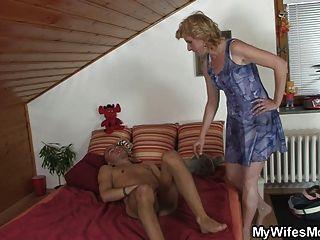 A sogra encontra-o masturbando-se e oferece-lhe o bichano