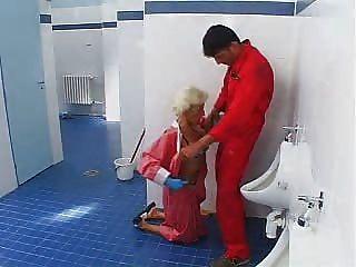 Menino mostra madura senhora seu galo 1