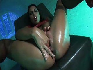 Menina de látex usa um grande vibrador vermelho para chegar ao grande