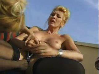 Mulheres maduras loucas brincam com leite e enema antes da pornografia