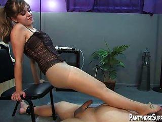 Hot strapon e sob a dominação do pé por mistress missy