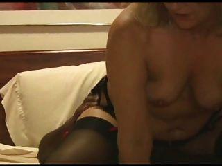 Esposa quente assume um roomful para marido
