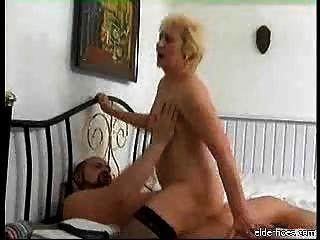 Granny chupar e tomar pau duro