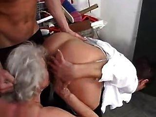 Grannies gosta de balançar com meninos jovens