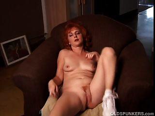 Lindo gengibre puma fala sujo e fode sua vagina molhada