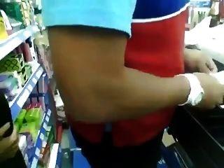 Caixeiro de posto de gasolina recebe um bj atrás do contador