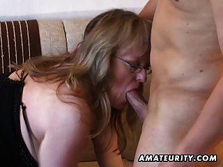 Busty amador milf suga e fode com cum sobre mamas
