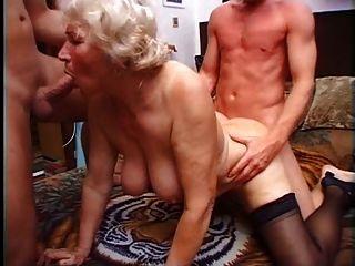 Granny norma tem dois galos para brincar