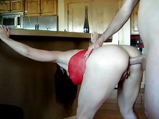 Sexy maduro em vestido vermelho fica fodido em sua bunda
