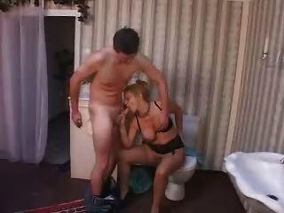 Mãe madura alemã fodida pelo reparador