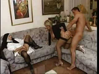 Avó mostra uma freira jovem como foder