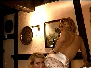 Cinto vintage e amantes de lingerie em nylons